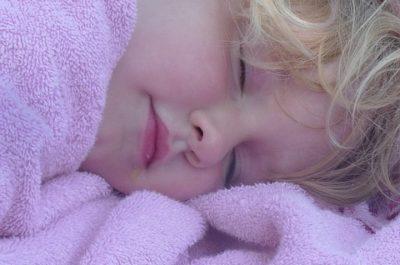 Kinder sollten ausreichend schlafen.