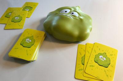 Das Spiel Mister Pups besteht aus dem Kunststoff-Pups und 56 Spielkarten (Fotos: JK).